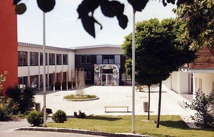 Foto: Schule und Schulhof